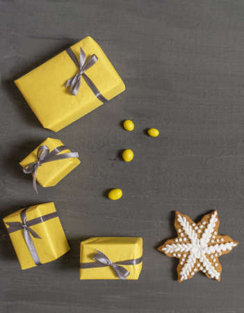 A Lot of Yellow Gift's Boxes on the Gray Wooden Background, top view. Banco de Imagens - 160709224