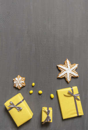 A Lot of Yellow Gift's Boxes on the Gray Wooden Background, top view. Banco de Imagens - 160709095