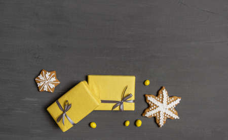 A Lot of Yellow Gift's Boxes on the Gray Wooden Background, top view. Banco de Imagens - 160709279