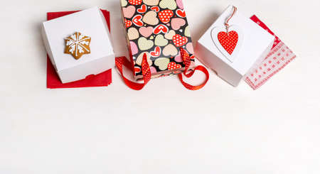 Shopping bag, white box and red Heart of Valentine's Day on white background Banco de Imagens - 161097672