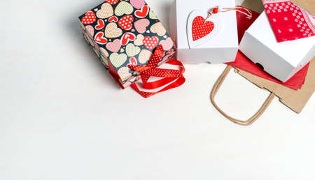Shopping bag, white box and red Heart of Valentine's Day on white background Banco de Imagens - 161098071