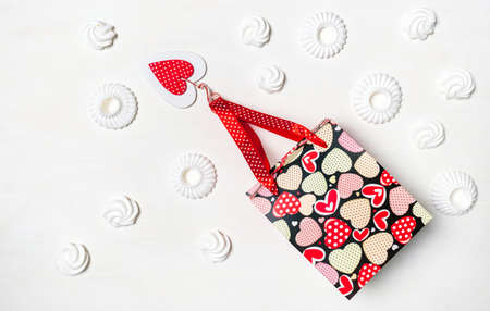 Shopping bag, Marshmallow or Meringue White cookies and red Heart of Valentine's Day on white background, delivery concept. Stockfoto