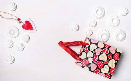 Shopping bag, Marshmallow or Meringue White cookies and red Heart of Valentine's Day on white background, delivery concept. Banco de Imagens - 161098145