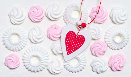 Set of white and pink marshmallow and meringue cookies with pink Heart on the white background, top view. Banco de Imagens - 161098187