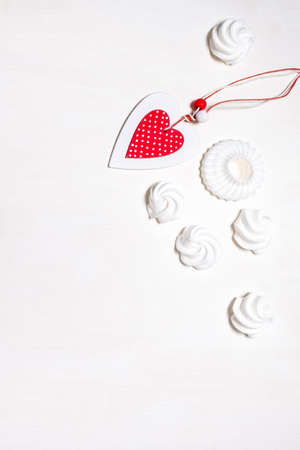 Set of white marshmallow and meringue cookies with pink Heart on the white background, top view. Banco de Imagens - 161098219