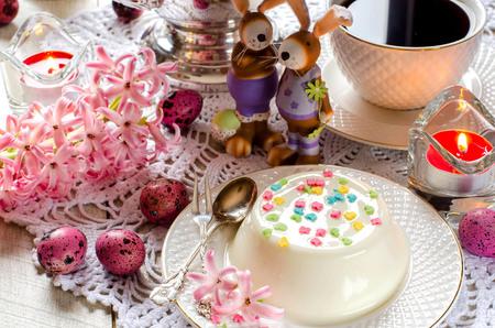 Decorazioni Pasquali Da Tavola : Panna cotta da vicino candele fiori giacinto decorazioni