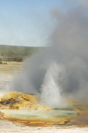 hidrógeno: Spasm Geyer en erupción y echando humo en el área de Fountain Paint Pots en el Parque Nacional Yellowstone, Wyoming Foto de archivo