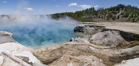 Excelsior Geyser Crater in Midway Geyser Basin, Yellowstone National Park, Wyoming 版權商用圖片 - 84116719