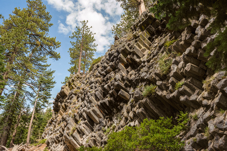 Hexagon basaltic columns of Devils Postpile National Monument in Mammoth Lakes, California 免版税图像