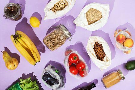 Concepto de compra de alimentos saludables sin desperdicio: legumbres, frutas, verduras y verduras en una red de malla o bolsas de algodón y frascos de vidrio Foto de archivo