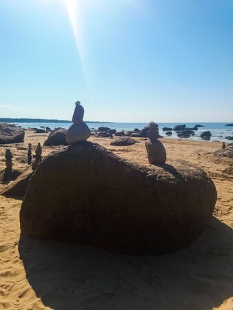 Figures made of stones on the beach, beach activities, recreation, vacation, cottage, balance Stockfoto