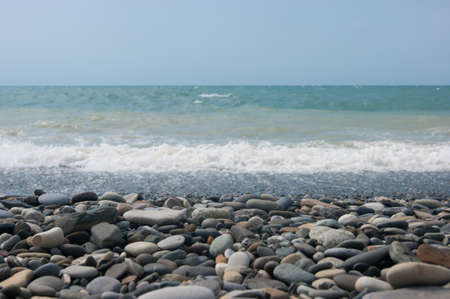 A small storm three or four points at sea, the wave hits the shore with a large pebble. Black Sea, summer vacation vacation beach travel Foto de archivo