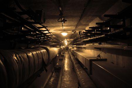 Donkere slecht verlichte onderdoorgang voor werknemers van rocket controlestation