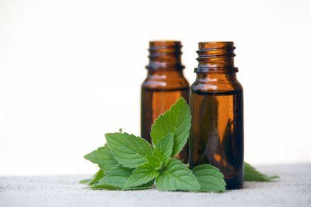 Aroma therapie aroma-olie in glazen flessen met mint