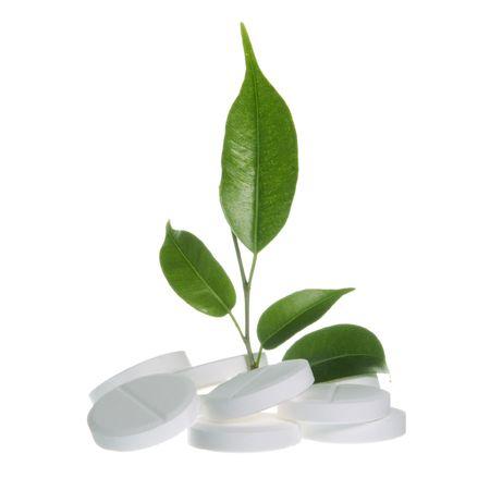 Pillen met blad als kruiden geneeskunde symbool op wit
