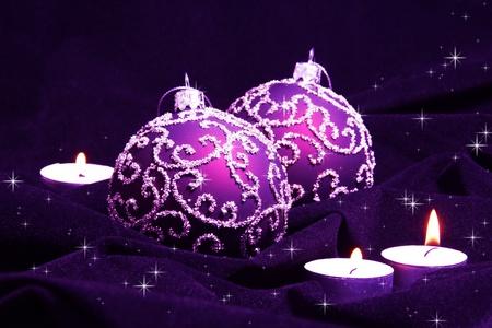 Violet Kerst ballen en kaarsen op Velvet