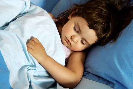 Kleines Mädchen leise in ihrem Bett schlafen