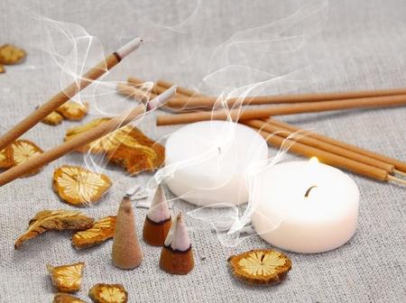 incienso: Conjunto de aroma de velas, palos de fumar y pirámides Foto de archivo