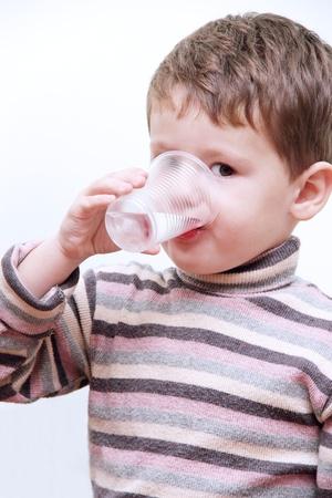 Little Child jongen het drinken zuiver water van Plastic Cup