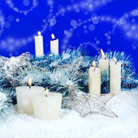 Kerst feestelijke achtergrond met kaarsen en sneeuw Stockfoto