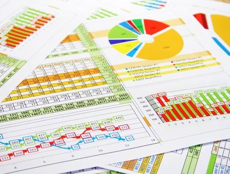 Kleurrijke Sales Report in statistieken, grafieken en diagrammen Stockfoto