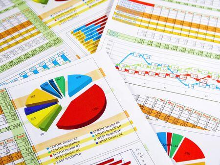 Gedrukte jaarverslag in grafieken en diagrammen Stockfoto