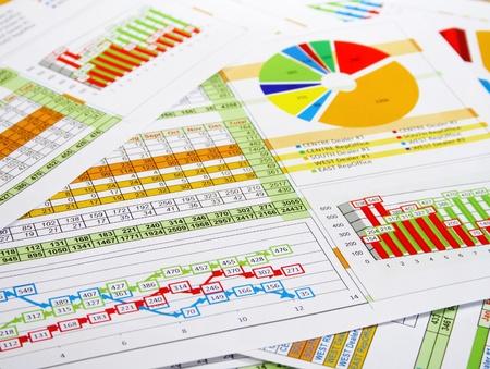 Gedrukt Rapport in tabellen, grafieken en diagrammen Stockfoto