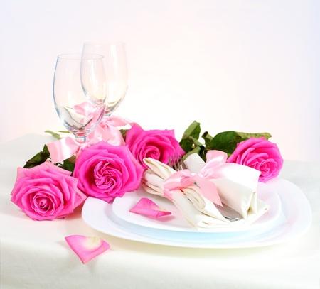 diner romantique: Arrangement pour le dîner romantique avec les roses roses