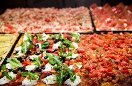 ローマのレストランでおいしいイタリアのピザ。
