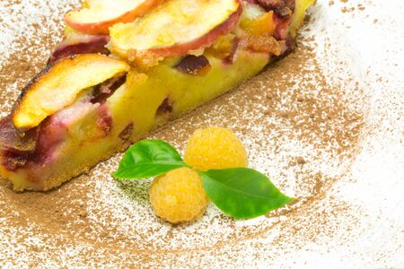 clafoutis pie with apple and plum and fresh raspberry Banque d'images