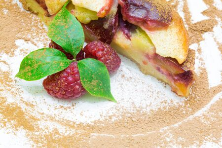 Apple pie with red raspberry, clafoutis frut pie Banque d'images