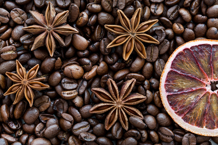 Dried sicilian orange slice and coffee beans, macro, tio view. Christmas concept. WIntertime. Banco de Imagens