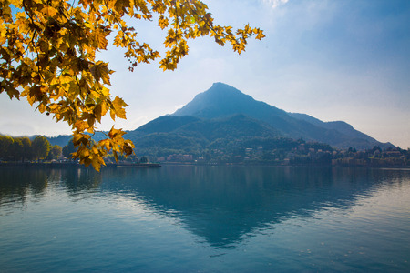 Bright yellow leaves and Como island scenic view in Italy, Lombardia.  Stockfoto