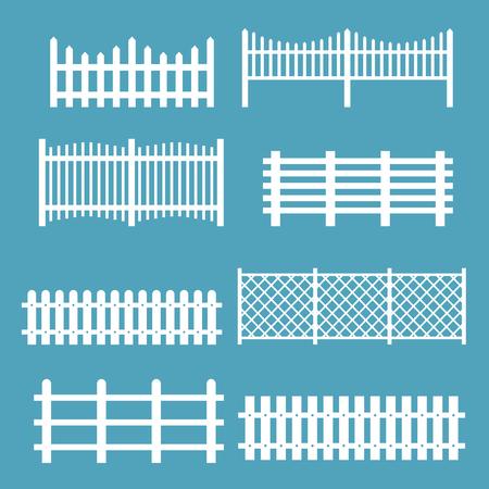 Un insieme dell'illustrazione di vettore di colore bianco dei recinti differenti. Recinzioni in legno sagome rurali, picchetti vettore per giardino in stile piano.