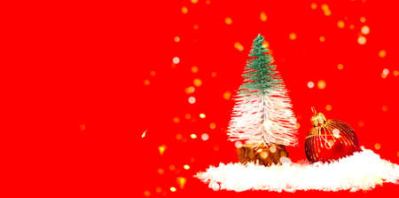 Christmas tree toy of fir tree and Red Christmas bauble on snow texture. Christmas greeting card with place for your text. Фото со стока