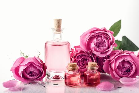 Rosas, esencia de perfume rosa en botella. Aromaterapia, tratamientos de spa.