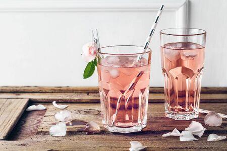 Summer refreshing pink drink, lemonade. Cocktail with a rose. Foto de archivo