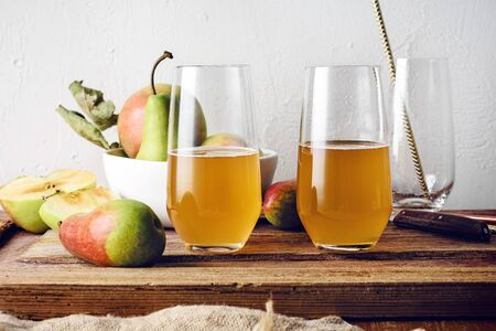 Kvass apple and pear drink, fresh fruits on a wooden table. Imagens