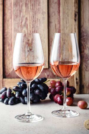 Two glasses of rose wine and fresh grapes. Banque d'images - 131750769