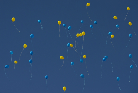 Yellow and blue balloons fly in the Ukrainian sky. Colors of the Ukrainian flag in the blue sky Archivio Fotografico