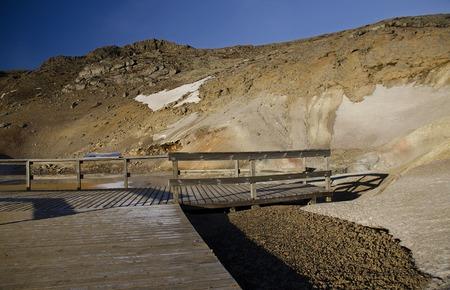 Island ist ein Land aus Eis und Feuer. Im geothermischen Gebiet Kerlingarfjoll kann man Rauch und kochende Fumarolen vom geothermischen Feld sowie von Eis und Schnee bedeckte Berge sehen.