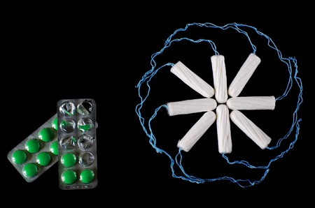 Menstrual period concept. Woman hygiene protection. Cotton tampons on black background. Top view, flat lay Banque d'images - 118632501
