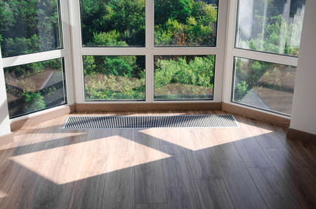 Protective grille mounted on the floor to heat the panoramic window
