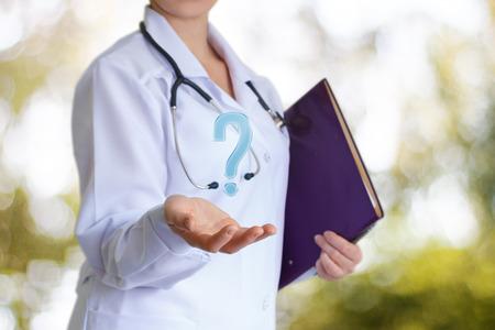 의사는 증상에 대한 질문에 답합니다.