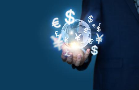 손에서 오는 금융 기호입니다. 글로벌 비즈니스의 개념입니다. 스톡 콘텐츠