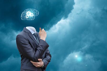 Brain storming uomo d'affari su sfondo del cielo.