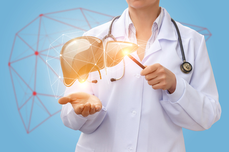 Lekarz pokazuje wątrobę na niebieskim tle.