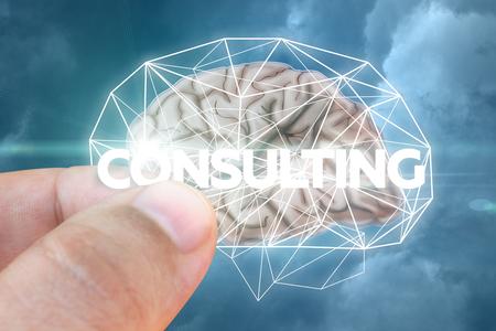 El hombre de negocios inserta una palabra de consejo que consulta al cerebro.
