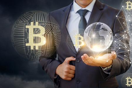 Zakenman in netwerk met bitcoin tegen de hemel.