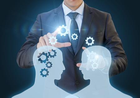 De uitwisseling van kennis tussen werknemers onder begeleiding van een specialist op een blauwe achtergrond.